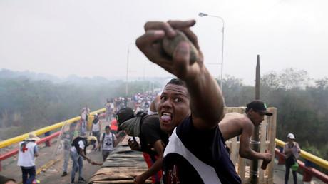 Oppositionsanhänger liefern sich Zusammenstöße mit Sicherheitskräften Venezuelas an der Francisco de Paula Santander-Brücke an der Grenze zwischen Kolumbien und Venezuela.