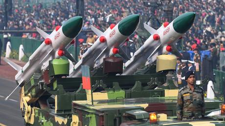 Ein Fahrzeug der indischen Armee, das mit Flugabwehrraketen bestückt ist, in Neu Delhi am 23. Januar 2019.