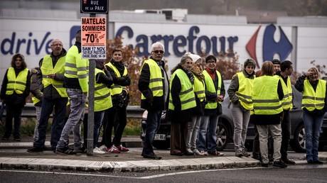 (Archivbild). Gelbwesten-Demonstranten während einer Kundgebung vor einem Carrefour-Markt in Givors, Frankreich, am 17. November  2018.