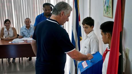 Auch Kubas Präsident Miguel Díaz-Canel beteiligte sich in einem Wahllokal in Havanna an dem Referendum.
