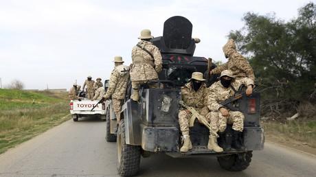 Mitglieder der Tripolis-Schutztruppe, eines Bündnisses von Milizen aus der Hauptstadt, patrouillieren am 18. Januar 2019 in einem Gebiet südlich der libyschen Hauptstadt.