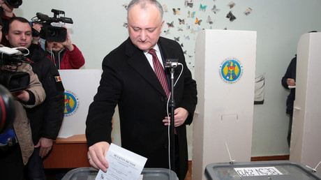 Will sein Land außenpolitisch neutral ausrichten: Moldaus Präsident Igor Dodon am Sonntag in einem Wahlbüro in Chişinău.