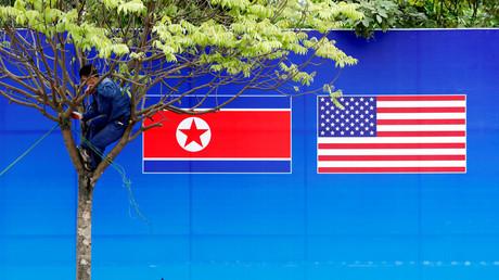Die nordkoreanische und die US-amerikanische Flagge in Hanoi, Vietnam, 25. Februar 2019.