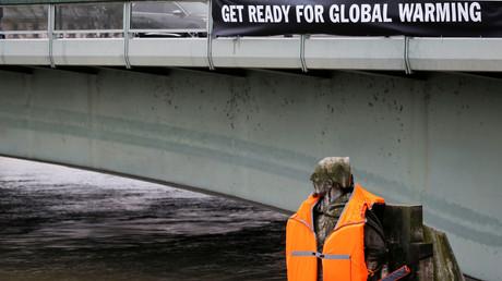 Hochwasser der Seine in Paris, Zouave-Soldaten-Statue mit Schwimmweste und Banner, was vor der Klimaerwärmung warnt, Frankreich, 4. Februar 2018