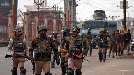 Indische Polizei während einer Patrouille in Kaschmir
