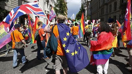 Ab 2020 sollen in den britischen Schulen im Rahmen der Sexualkunde auch homosexuelle, lesbische oder Transgender-Beziehungen ein Thema sein. Hier bei der alljährlichen Pride Parade London wollen die Teilnehmer auf die Diskriminierung und Probleme der LGBT-Gemeinschaft aufmerksam machen.