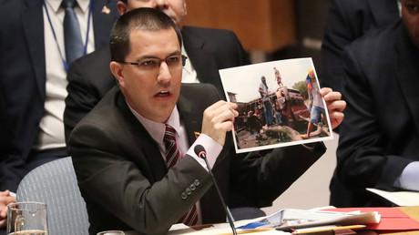 Der venezolanische Außenminister Jorge Arreaza zeigt ein Bild vermeintlicher humanitärer Transporter, die laut Sicherheitskräften Randale-Ausstattung enthielten, New York, 26. Februar 2019.