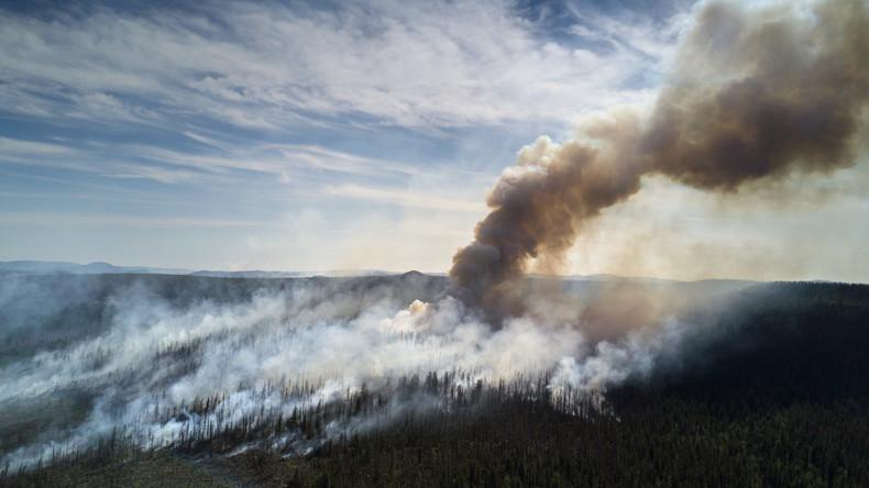 Russland: Zug fährt durch Rauchwand eines Waldbrandes