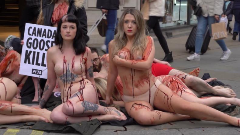 """London: """"Fast nackter"""" Protest von PETA-Aktivisten vor Kleidergeschäft"""