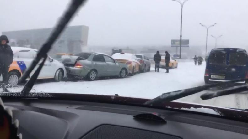 Schneesturm in Moskau: Fast 40 Autos kollidieren auf Autobahnring