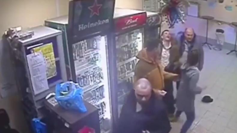 Mit Knockout Schlägerei zwischen Betrunkenen aufgelöst: Junge Russin gewinnt Männerherzen