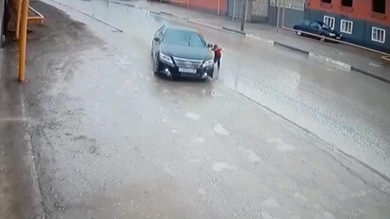 In letzter Sekunde ausgewichen – Reaktion von Autofahrer rettet kleinem Jungen das Leben