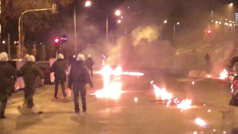 Griechenland: 50 Anarchisten bewerfen Polizisten pausenlos mit Molotow-Cocktails