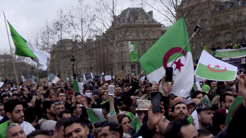 Paris: Algerische Community bringt Tausende Menschen gegen Bouteflika auf den Platz der Republik