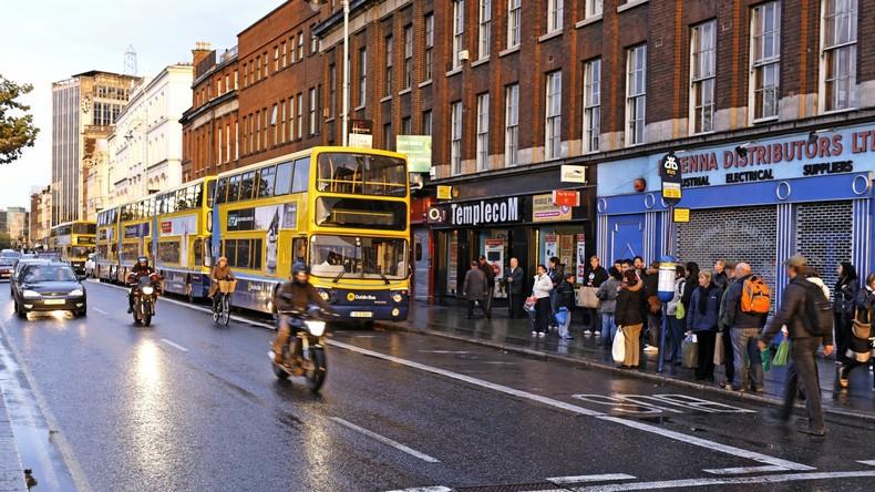 Busfahrer verliert Bewusstsein am Steuer – Passagierin stoppt Fahrzeug und rettet Menschenleben