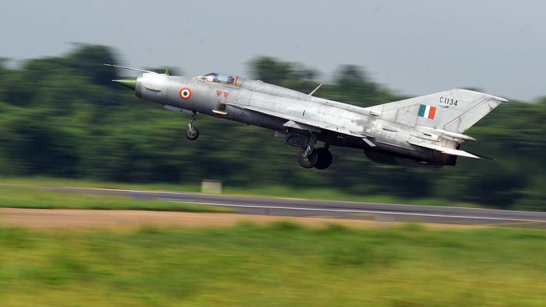 MiG-21 stürzt in Indien ab: Pilot katapultiert sich