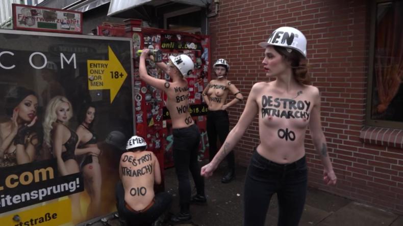 Hamburg: Femen-Aktivistinnen zerlegen Sichtschutz auf Reeperbahn