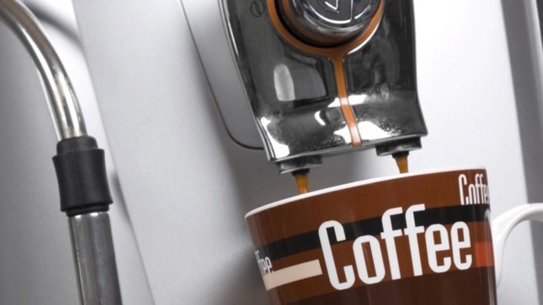 Gesundheitsschädliche Gewohnheit: Kaffee-Liebhaberin bricht sich drei Rippen bei Hustenanfall