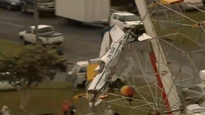 Horrorvideo: Kleinflugzeug prallt gegen Riesenrad und bleibt darin stecken