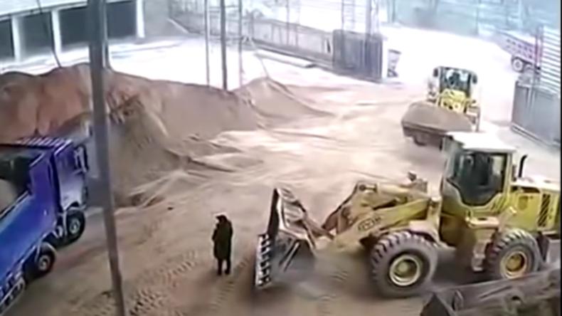 Tödlicher Unfall in China: Baggerfahrer ist mit Handy beschäftigt und begräbt unbemerkt Kollegin