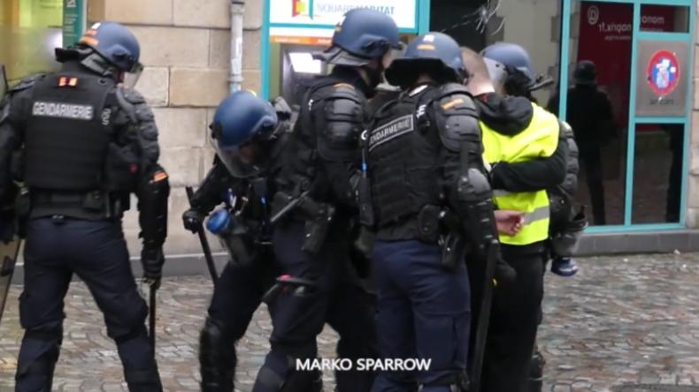 Mit Absicht Brille zertreten – Mann filmt Polizisten bei rabiatem Vorgehen gegen Gelbwesten