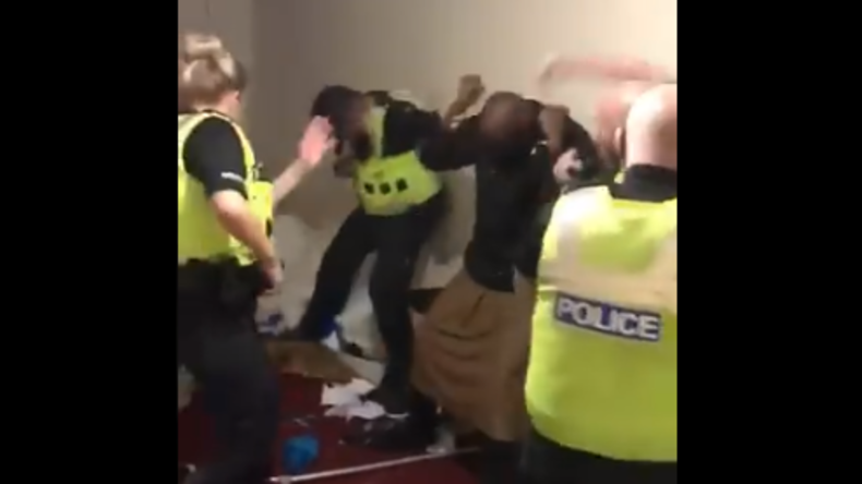 Schockierendes Video: Britischer Polizist prügelt brutal auf Mann ein