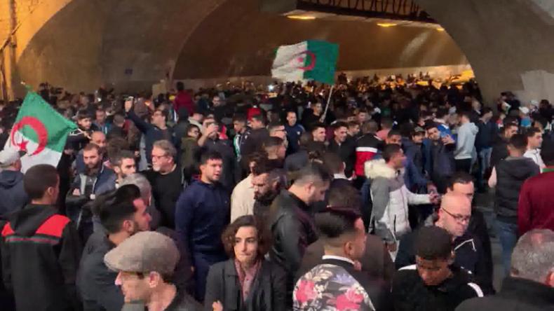 Algerien: Präsident verzichtet wegen Protesten auf Kandidatur – Hunderte feiern in Algier