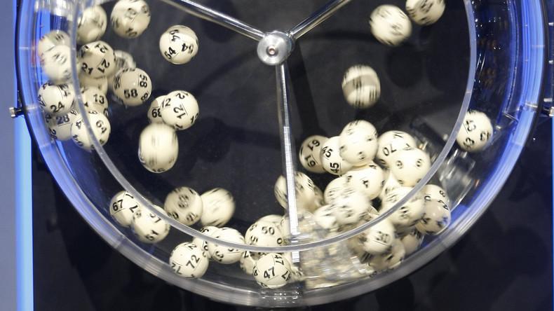 Frau spielt Lotterie und gewinnt 30 Mal an einem Tag