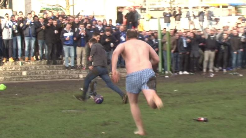 Nur in Unterhose im Matsch Fußball spielen - Schalke-Fans strömen auf Manchesters Straßen