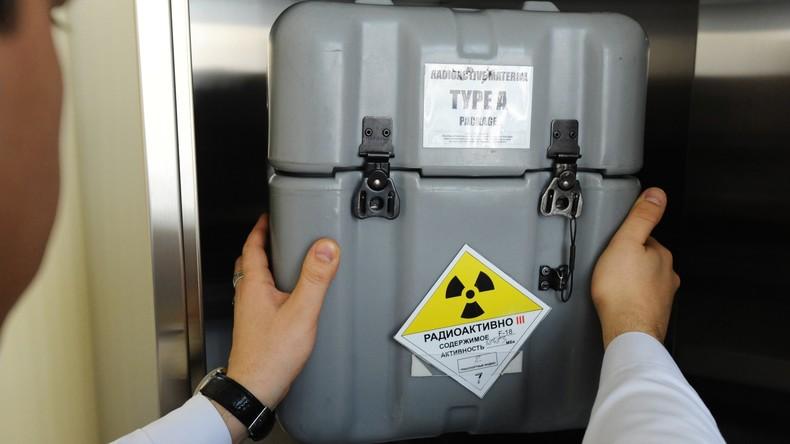 Frau in Weißrussland entsorgt beim Aufräumen radioaktive Substanzen in die Mülltonne