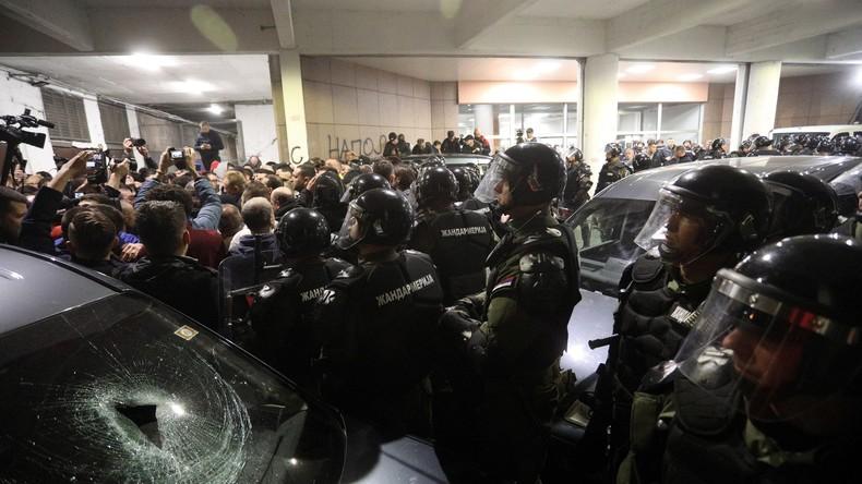 Protester besetzen Sender in Belgrad – Polizei trägt Demonstranten heraus