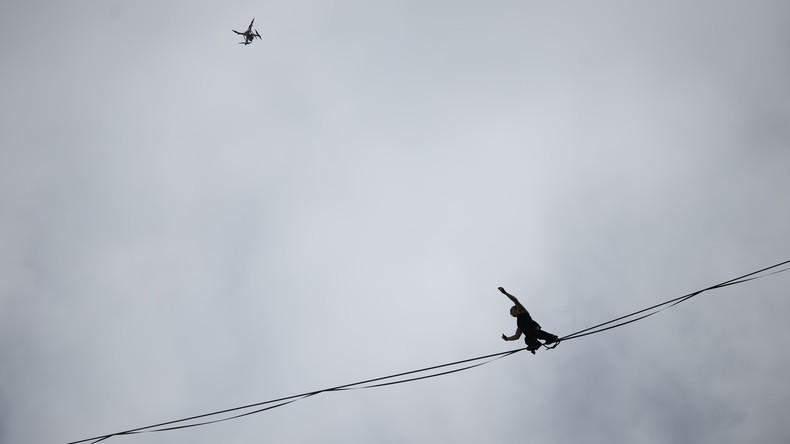 Nichts für schwache Nerven: Russen balancieren auf zwischen Plattenbauten gespanntem Seil [VIDEO]