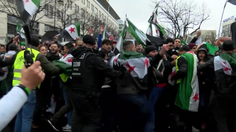 Konfrontation mit Polizei und Festnahmen: Hunderte FSA-Anhänger vor russischer Botschaft in Berlin