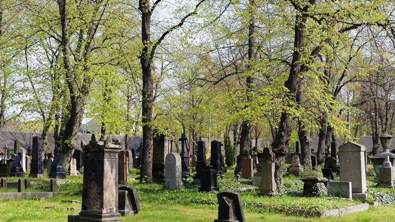 Frau in Grab ihrer Eltern hüfttief eingesaugt – Klage gegen Friedhof um fünf Millionen US-Dollar