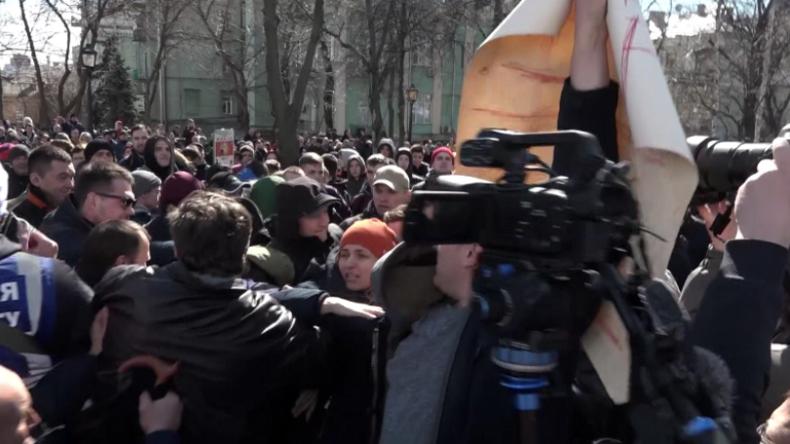 """Kiew: """"Schande!"""" - Chaotische Szenen und Handgemenge bei Poroschenkos Wahlkampfkundgebung"""