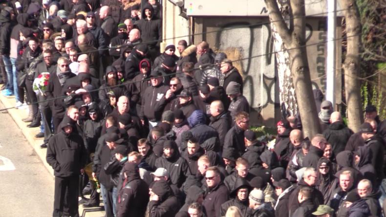 Chemnitz: 800 Menschen gedenken Neonazi-Hooligan nach Krebstod