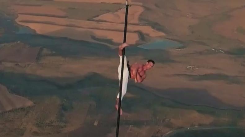 Wahnsinnsperformance: Russischer Pole-Dancer turnt in schwindelerregender Höhe unter Heißluftballon