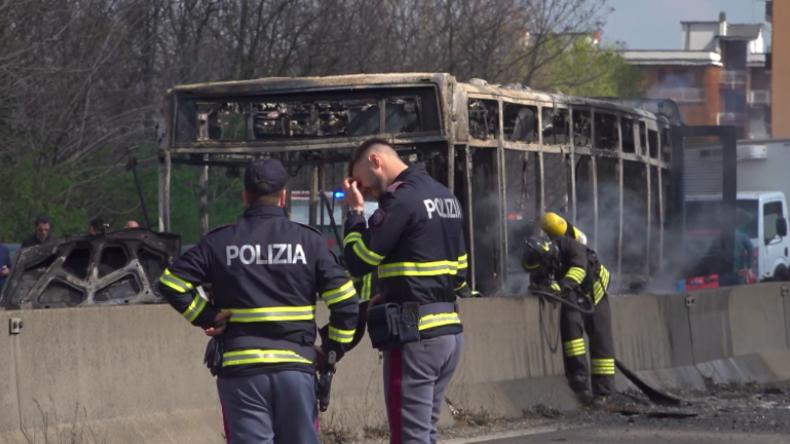 Italien: Senegalesischer Fahrer setzt Schulbus mit 51 Kindern wegen der Toten im Mittelmeer in Brand