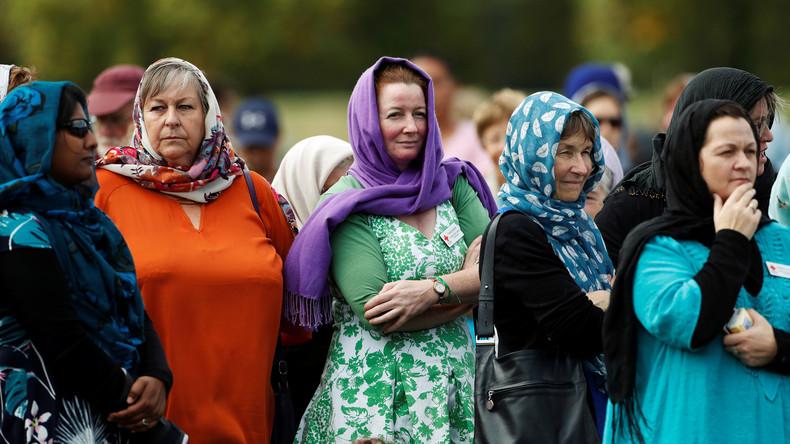 Frauen in Neuseeland kleiden sich aus Solidarität zu Muslimas mit einem Kopftuch
