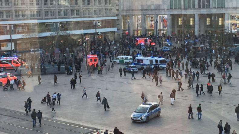 """""""Wer ist am Start?"""" YouTube-Influencer provozieren Massenschlägerei am Alexanderplatz"""