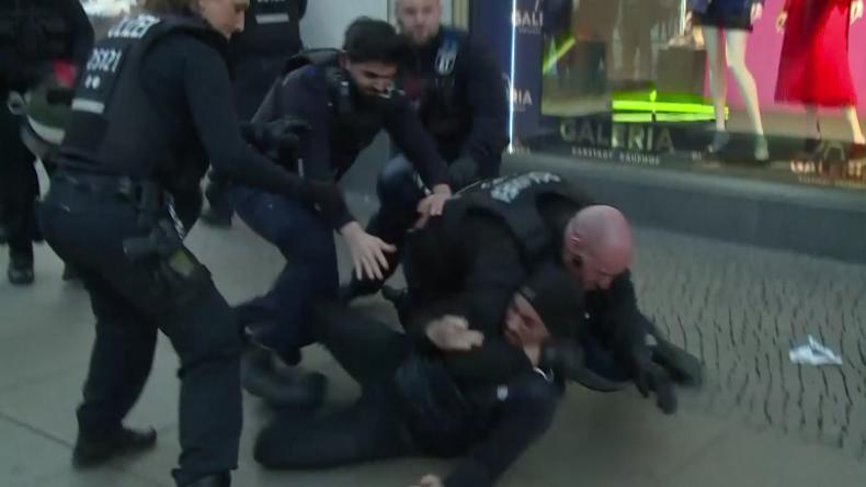 Massenschlägerei auf dem Alexanderplatz - YouTuber-Treffen mit 400 Leuten eskaliert total