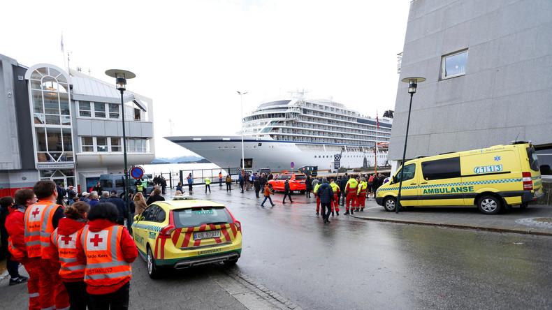 In Seenot geratenes Kreuzfahrtschiff in norwegischem Hafen angekommen