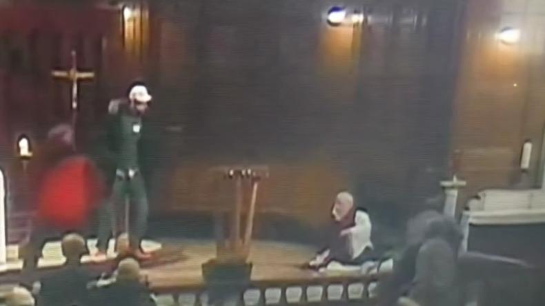 Messerangriff auf kanadischen Priester während Gottesdienst auf Video festgehalten