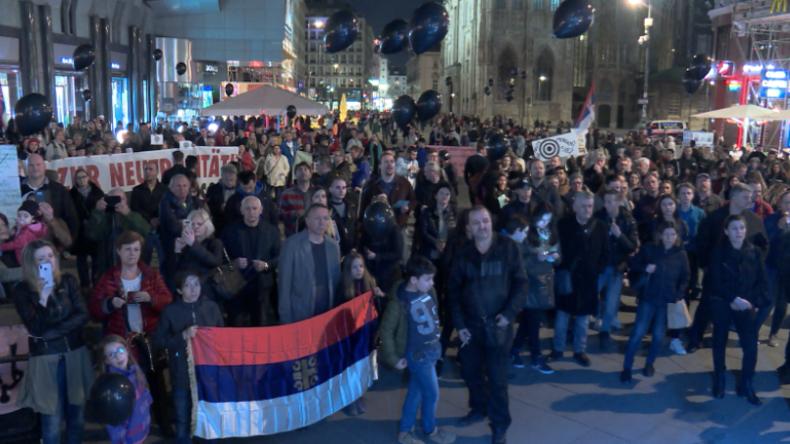 """Wien: """"NATO – größte Terrororganisation der Welt"""" – Protest 20 Jahre nach Jugoslawien-Bombardierung"""