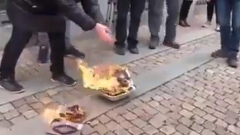Dänemark: Rechtspopulisten verbrennen am Rande islamistischer Kundgebung Koran-Exemplare