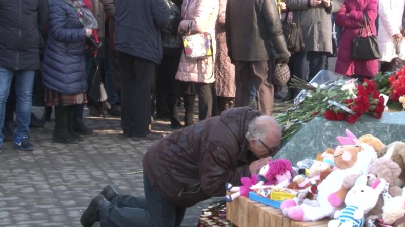 Ein Jahr nach der Feuertragödie von Kemerowo: Menschen gedenken in tiefer Trauer der Toten