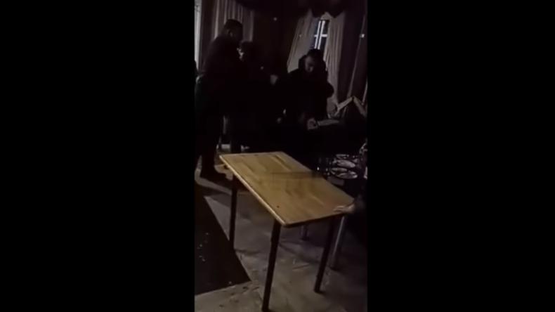 Russland: Betrunkener Mann versucht Bargäste mit Kettensäge anzugreifen