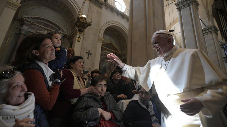 Gläubige irritiert: Papst zieht seine Hand weg, als sie Fischerring küssen wollen