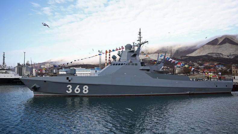 Russische Marineschiffe beobachten NATO-Fregatten bei deren Fahrt durch das Schwarze Meer