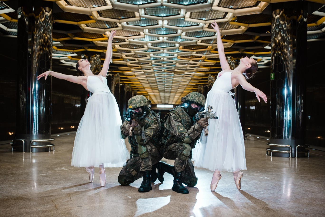 Kreativ oder Bizarr? Russisches Militär gratuliert den Frauen mit Ballerina-Fotos und Panzer-Ballett
